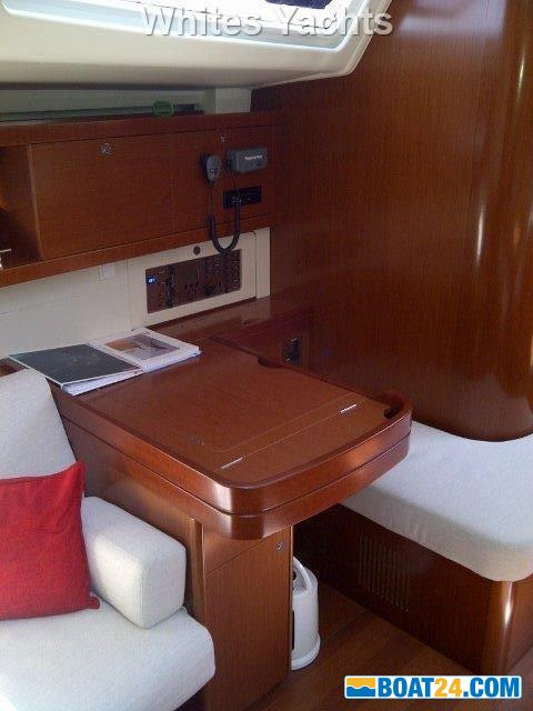 <b>Beneteau Oceanis 54</b><br/>chart table