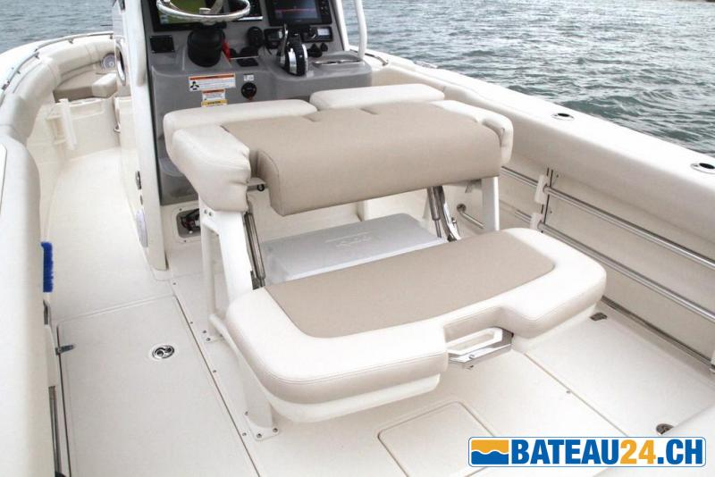 <b>Boston-Whaler 230 Outrage</b><br/>Si&egrave;ge pilote basculant