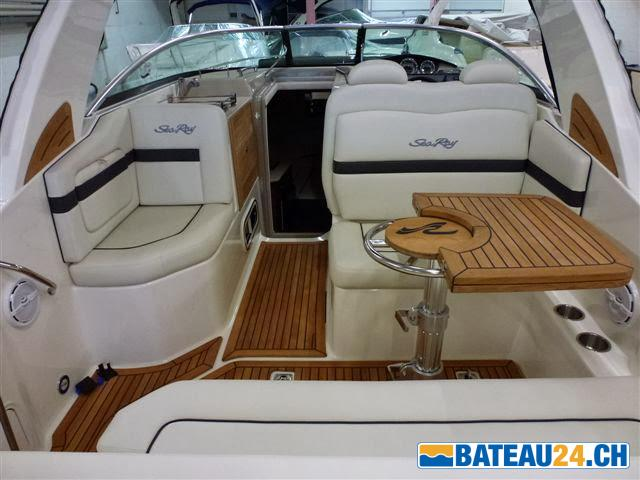 <b>Sea Ray 265 Sundancer</b><br/>Table de cockpit pliable et transformable en bain de soleil