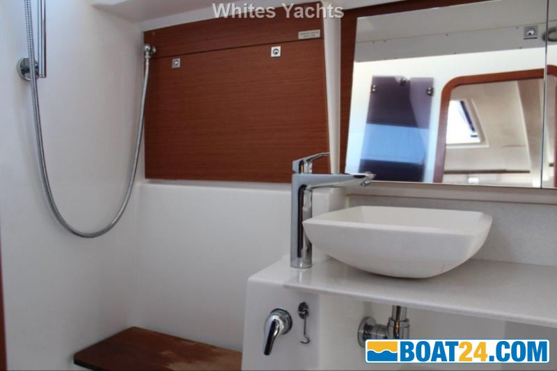 <b>Dufour 412 Grand Large</b><br/>aft head compartment