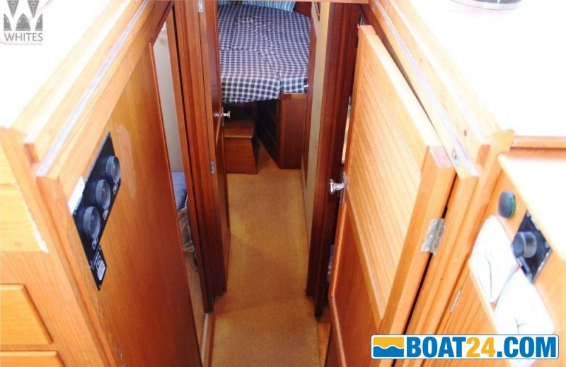 <b>Grand Banks 42 Europa</b><br/>down to the cabins