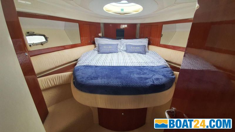 <b>Front Cabin Bed View</b><br/>