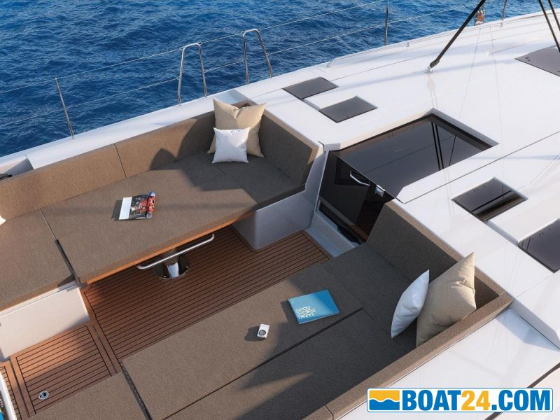 <b>Clever lowerable cockpit tables to create a cockpit lounge</b><br/>Brochure photo