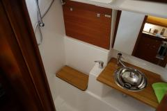 <b>Dufour 410 Grand Large, aft head with spacious shower</b>
