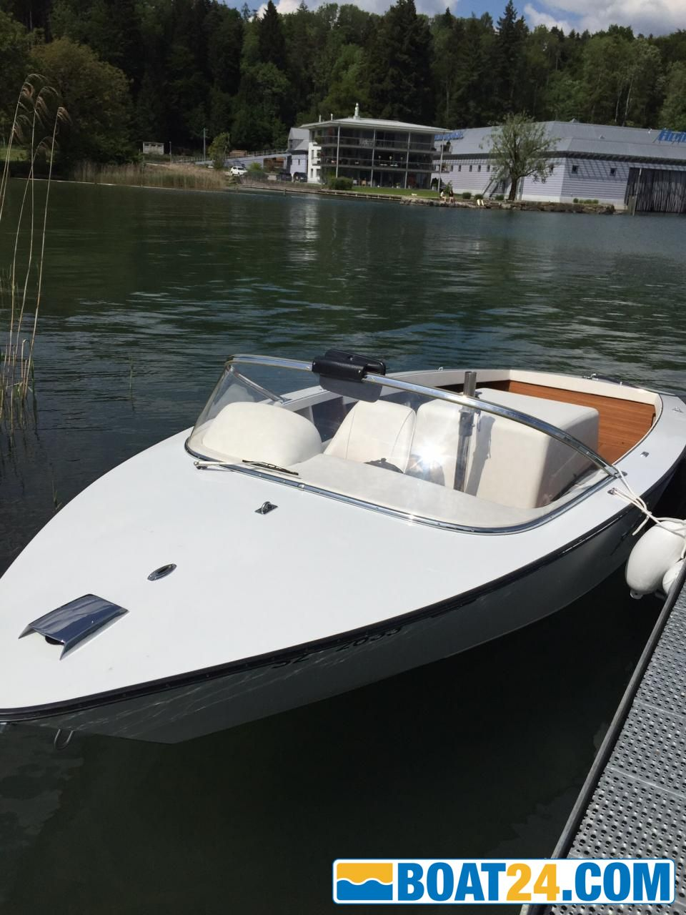 Boesch 560 Super Competition, CHF 29,900 | boat24 com/uk