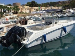 Boston Whaler Outrage 270 Deck-boat