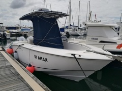 Boston Whaler 240 Outrage Barco com cabine