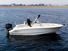 Boston Whaler 230 Outrage Deck-boat