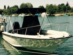 Boston Whaler Outrage 21 Deck Boat