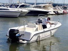 Boston Whaler Outrage 210 Runabout